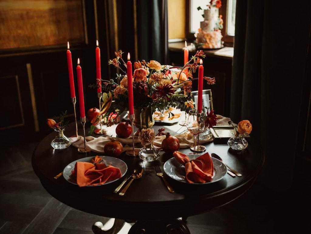 dekoracja stołu pomarańczowo bordowa z błękitnymi elementami i złotem