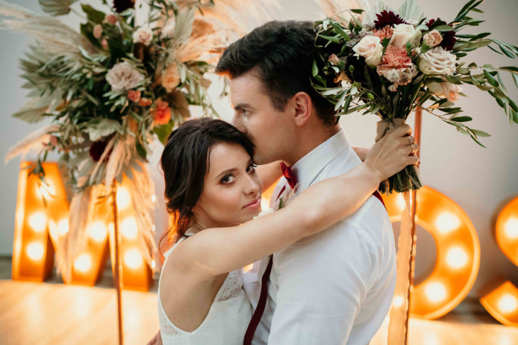para modeli promuje kwiaty jako dekoracje ślubne