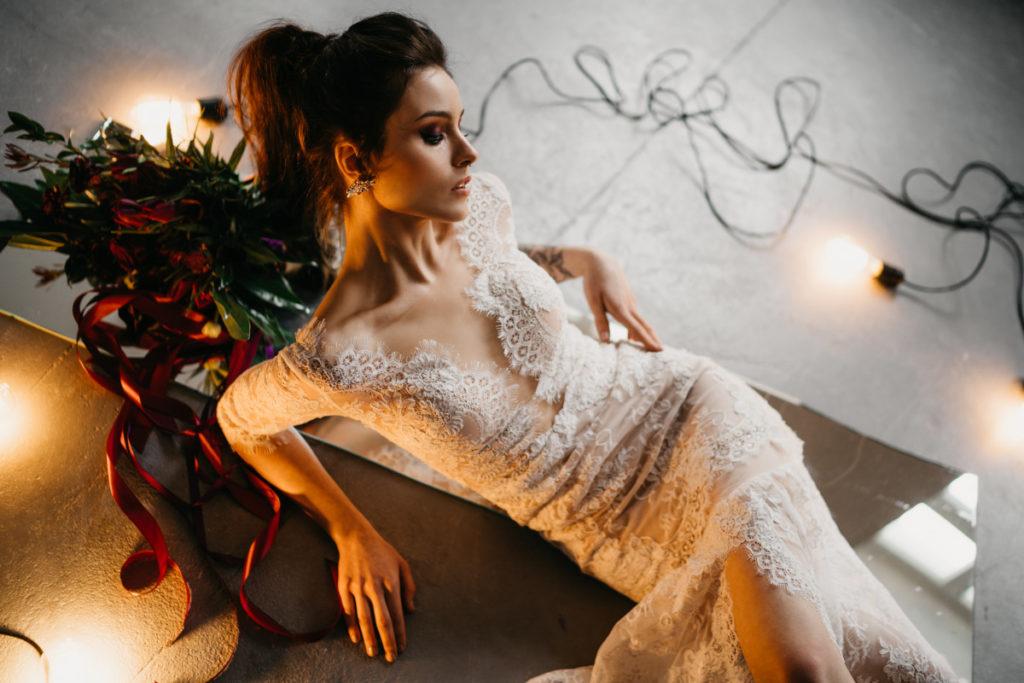 modelka w sukni ślubnej z bukietem ślubnym