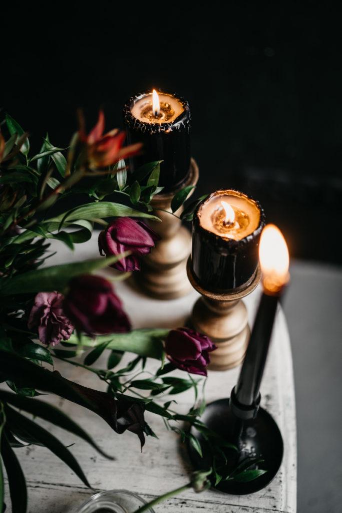 sesja zdjęciowa z wykorzystaniem czerni i ciemnych kwiatów