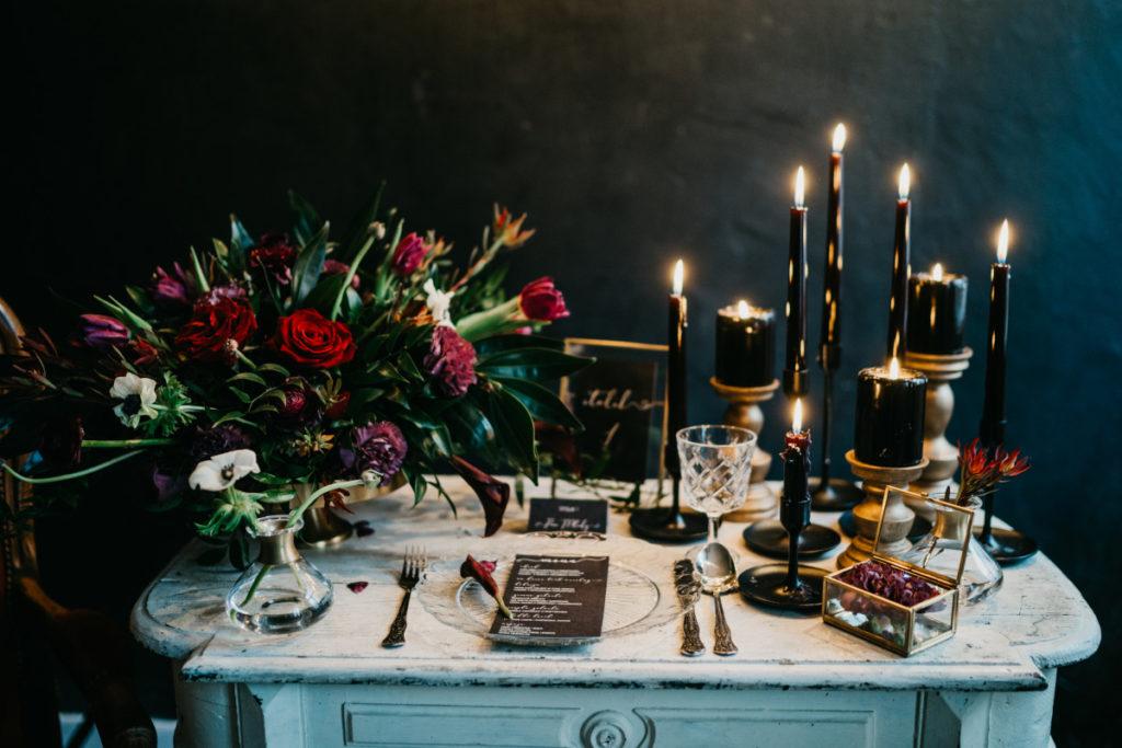 piękna aranżacja stołu w nietypowej kolorystyce ślubnej na sesje foto