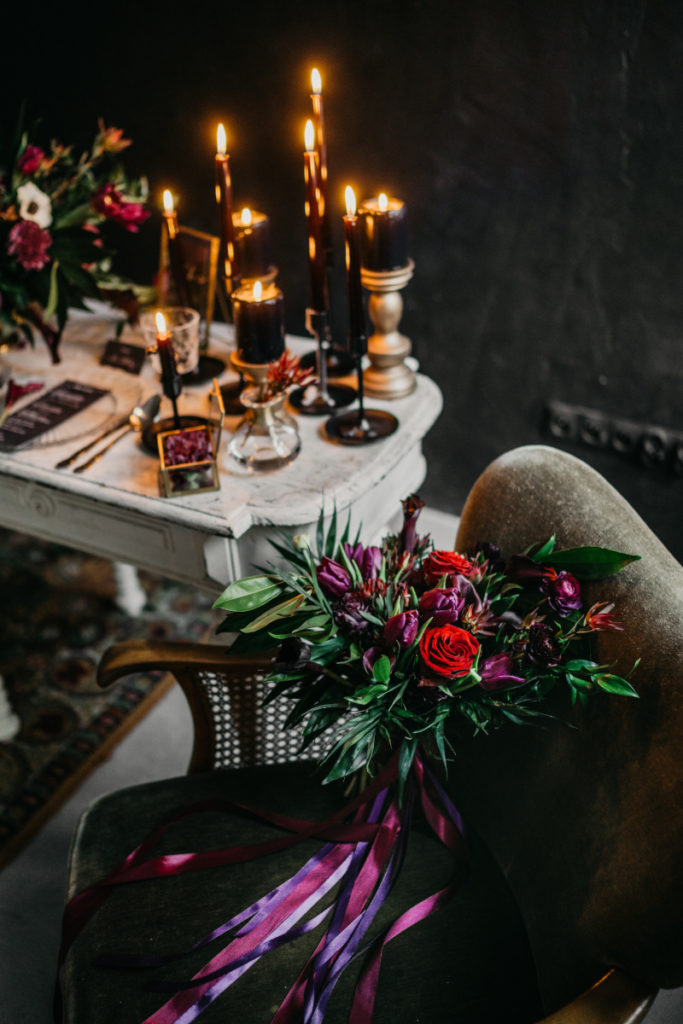 piękny bukiet z czerwonych, fioletowych kwiatów oraz zwisające wstążki