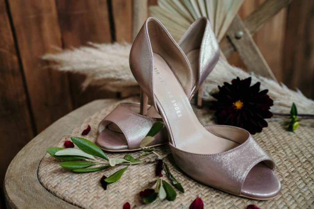 buty ślubne i motyw kwiatowy na sesji zdjęciowej