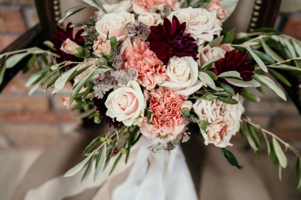 wiązanka panny młodej z róż i goździków ecru z dodatkiem bordowych dalii