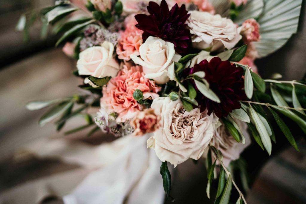 bukiet ślubny w beżowych odcieniach z bordowymi elementami i liśćmi oliwki