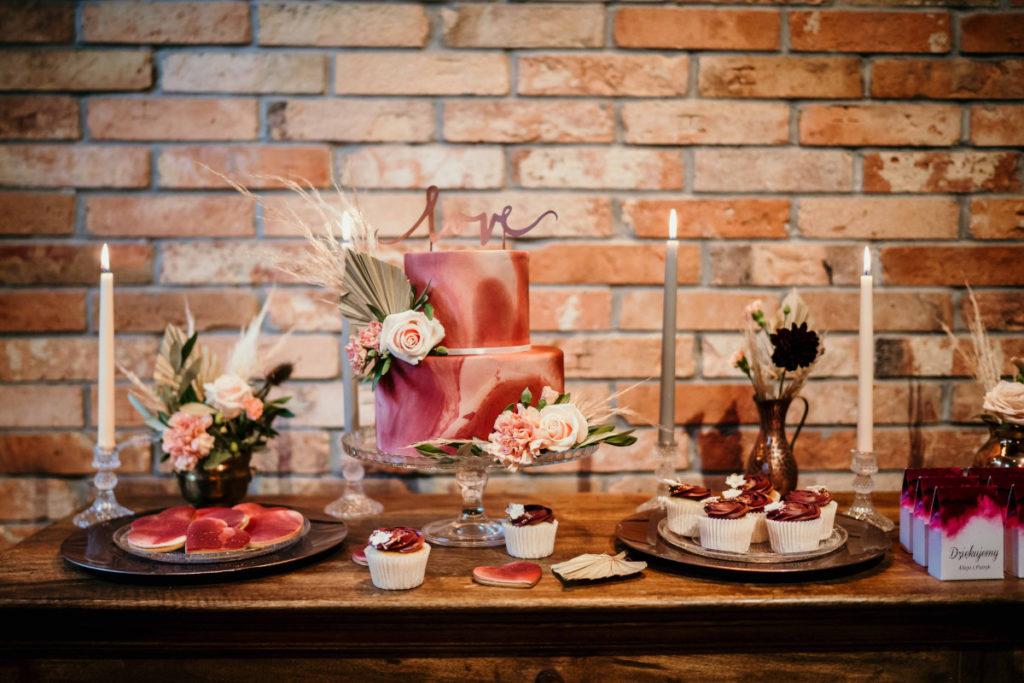 dekoracja tortu oraz słodkiego stołu kwiatami w kolorach beżowych i bordowych