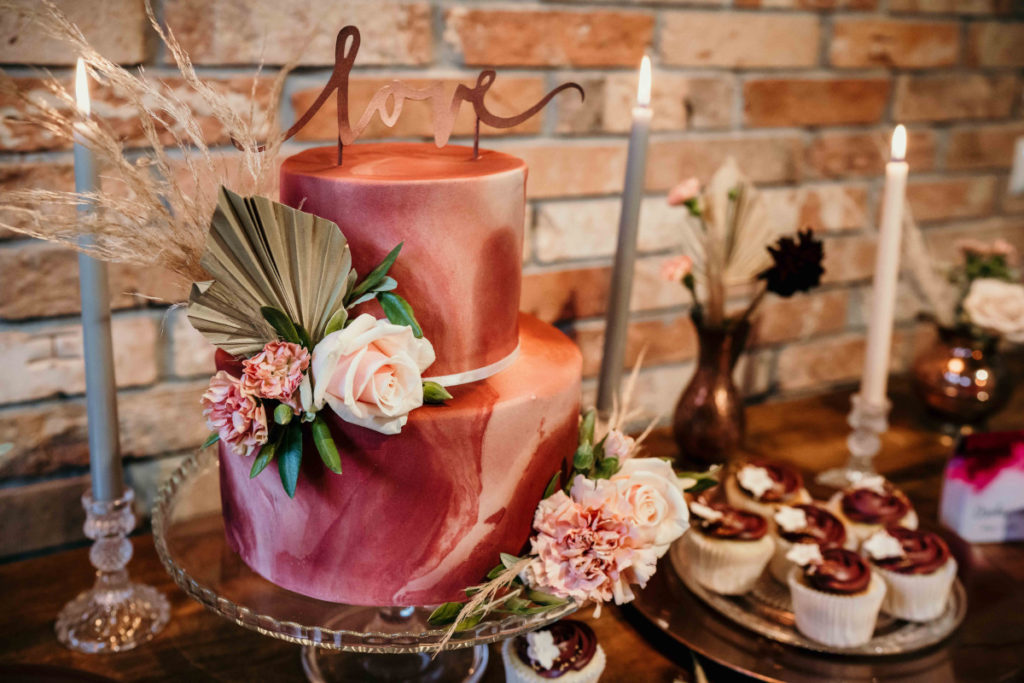 tort mozaikowy w kolorze bordowym z kwiatami i suszonymi liśćmi