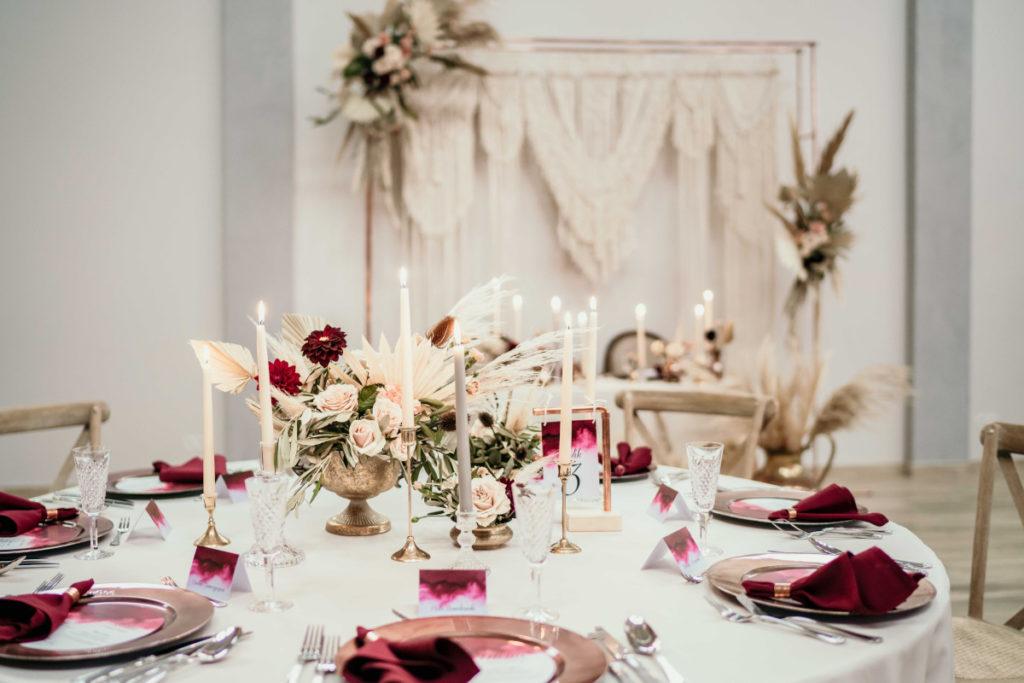 dekoracja stołu weselnego w beżowych odcieniach