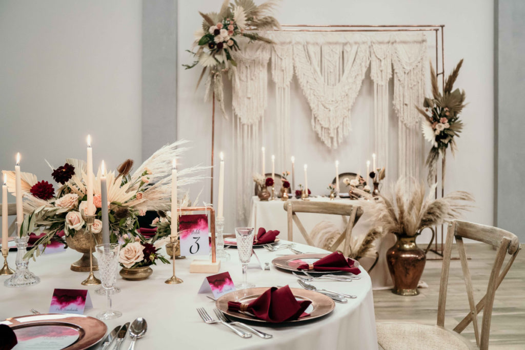 dekoracja sali weselnej w kolorze bordowo beżowym z miedzianymi akcentami