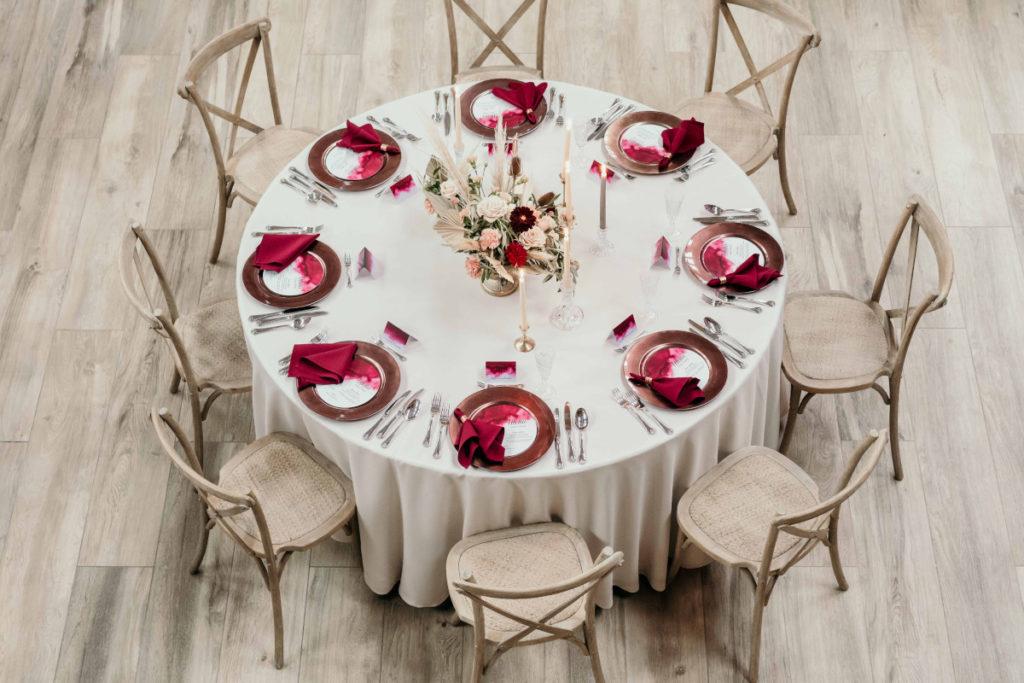 dekoracja stołu weselnego bordowymi i miedzianymi elementami