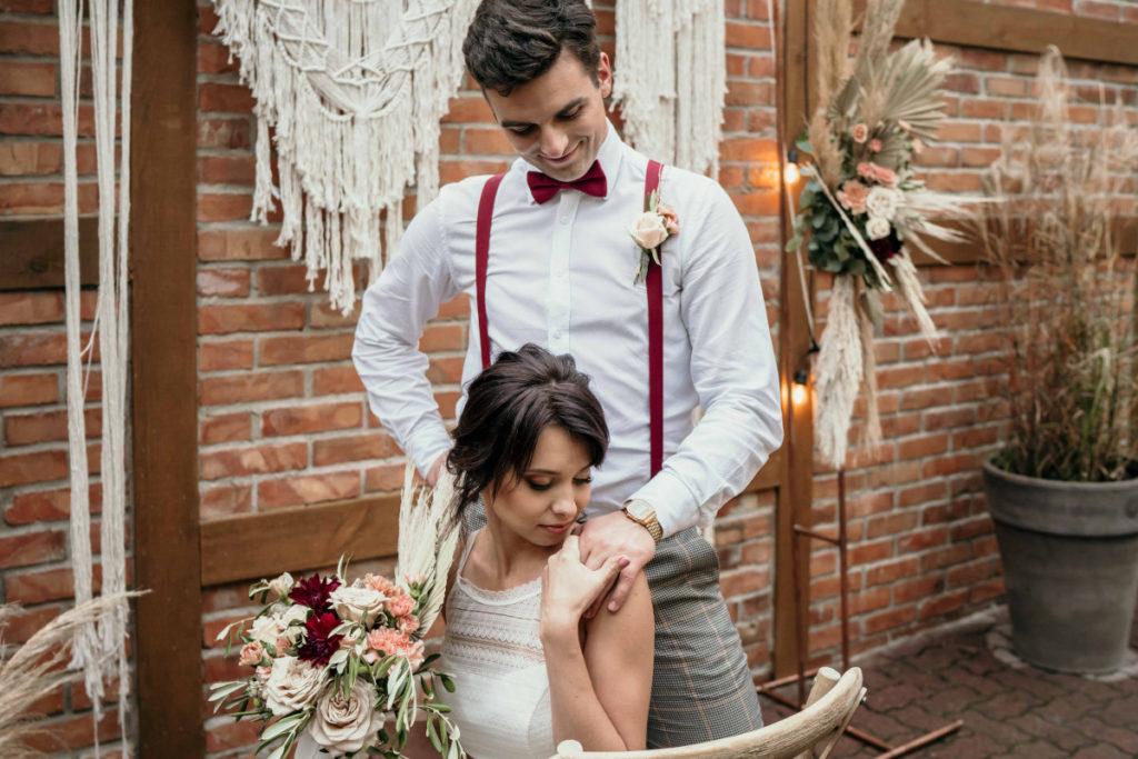 para modeli pozujących do sesji ślubnej w stylu boho