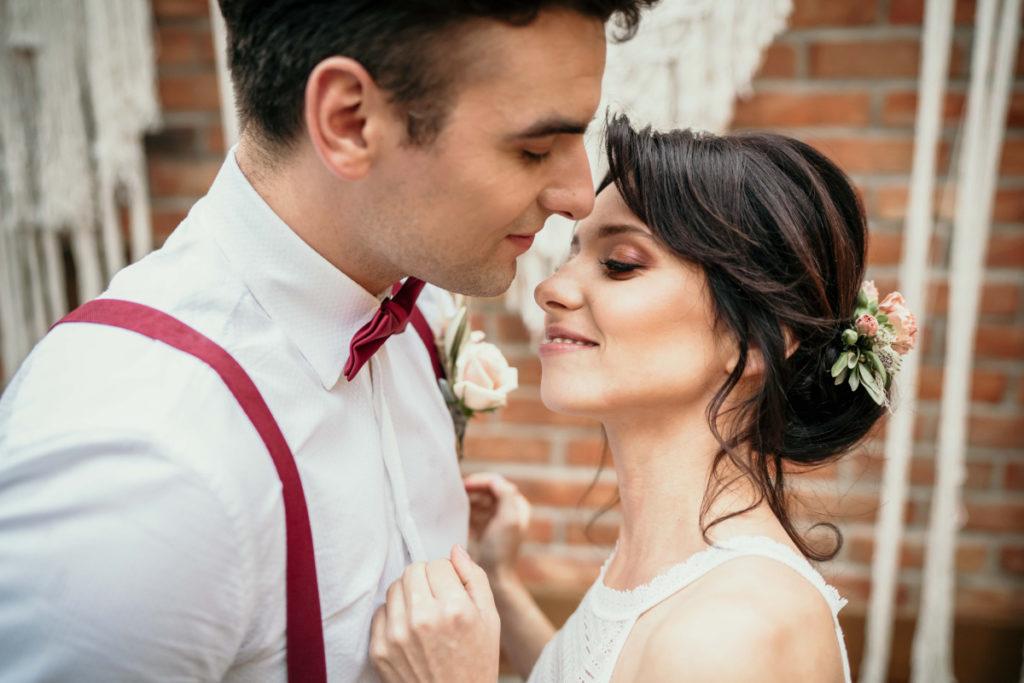 para modeli promująca marki z branży ślubnej
