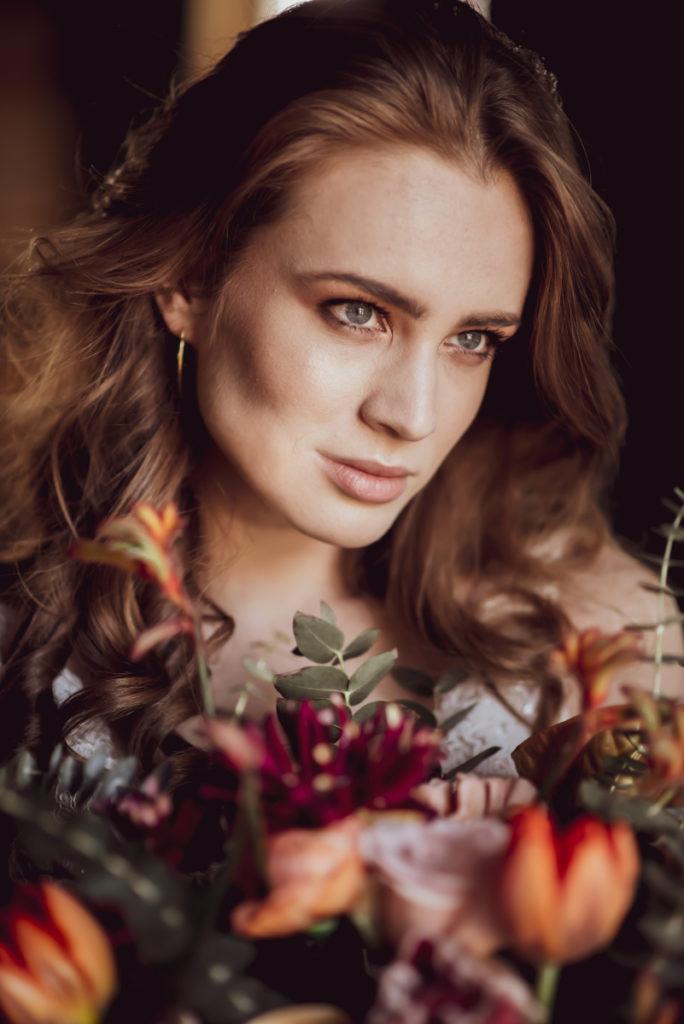 piękna modelka z bukietem ślubnym w barwach ciepłych jesiennych