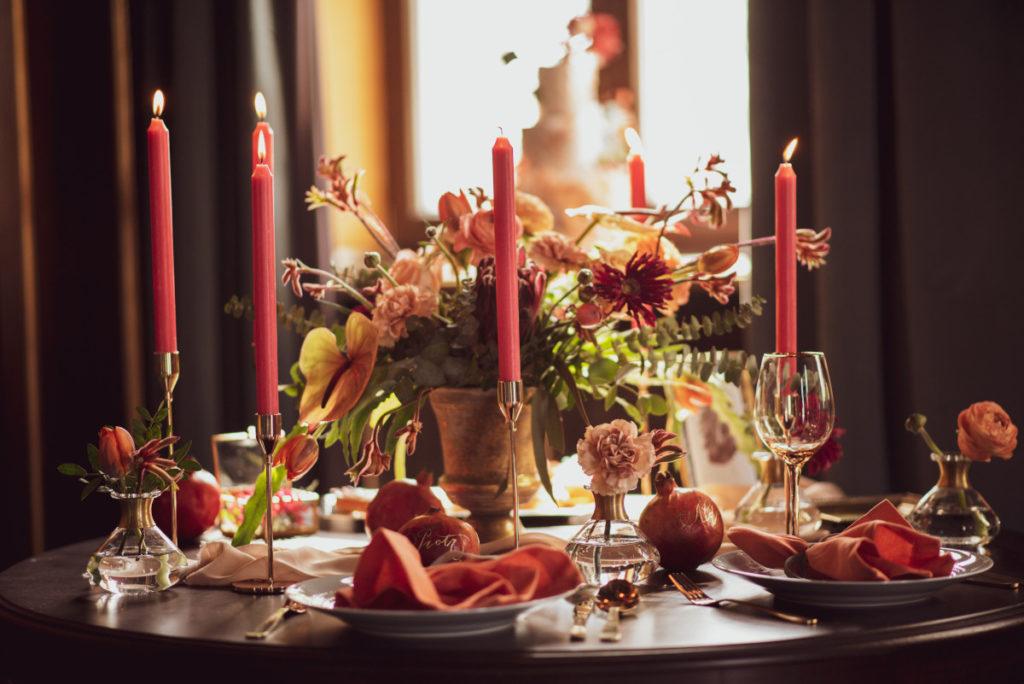 nietypowo kolorystyczna dekoracja stołu na warsztaty fotograficzne