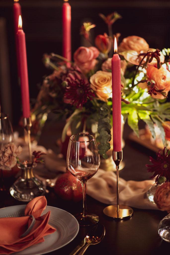dekoracja stołu w kolorystyce pomarańczowobordowej malinowe świece