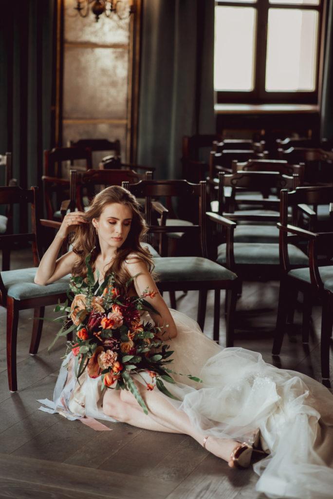 modelka z bukietem ślubnym ciepłych kolorach jesiennych