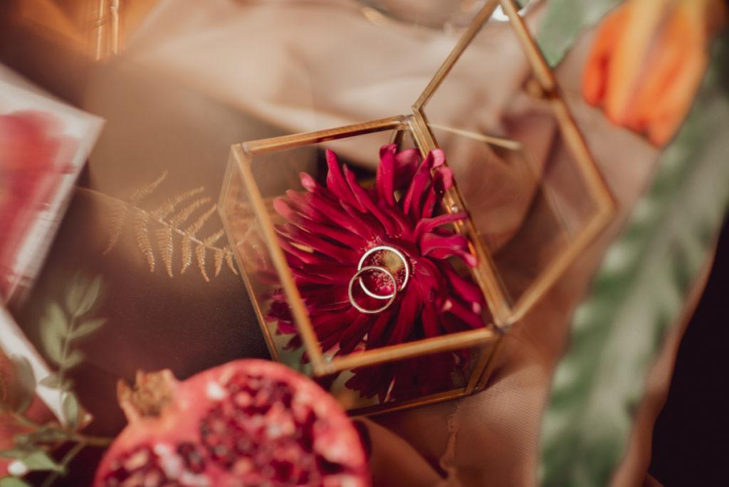 dekoracja złotej szkatułki kwiatem gerbery