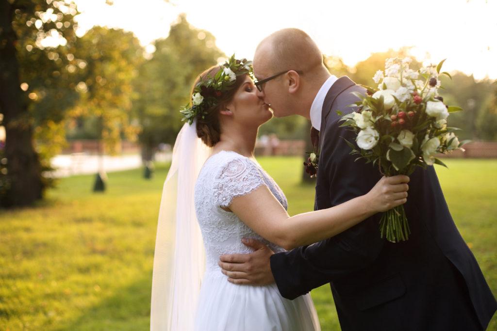 leśne dodatki ślubne w postaci bukietu i wianka dla pani młodej i przypinki dla pana młodego
