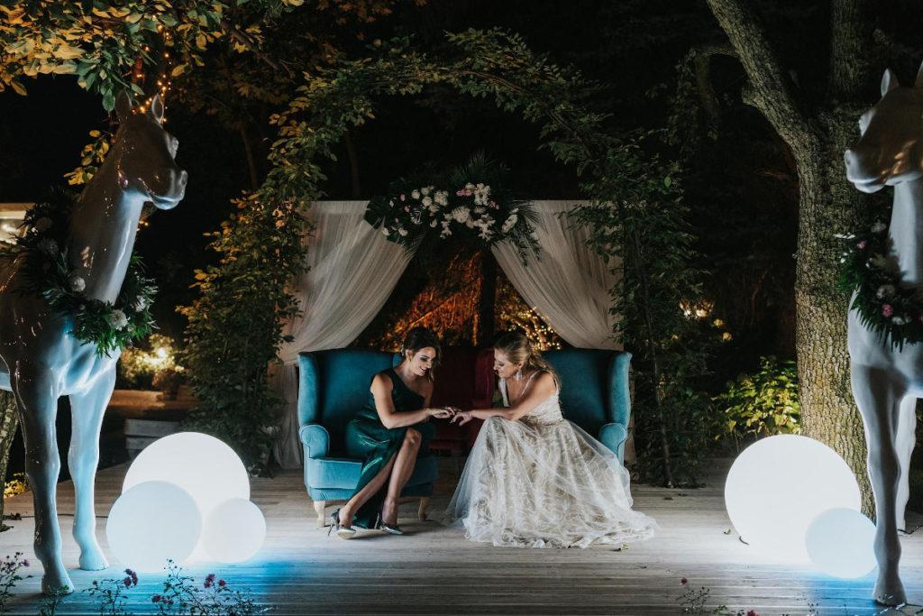 piękna aranżacja ślubu plenerowego nocą podświetlona nowoczesnym oświetleniem