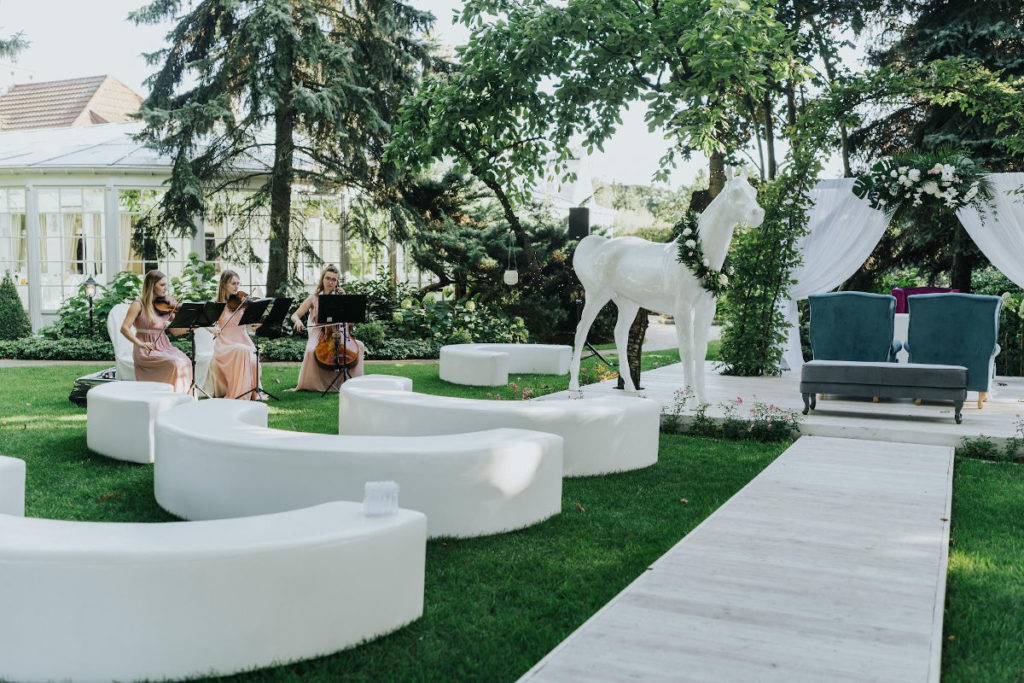 dekoracyjne meble i konie na ślubie plenerowym