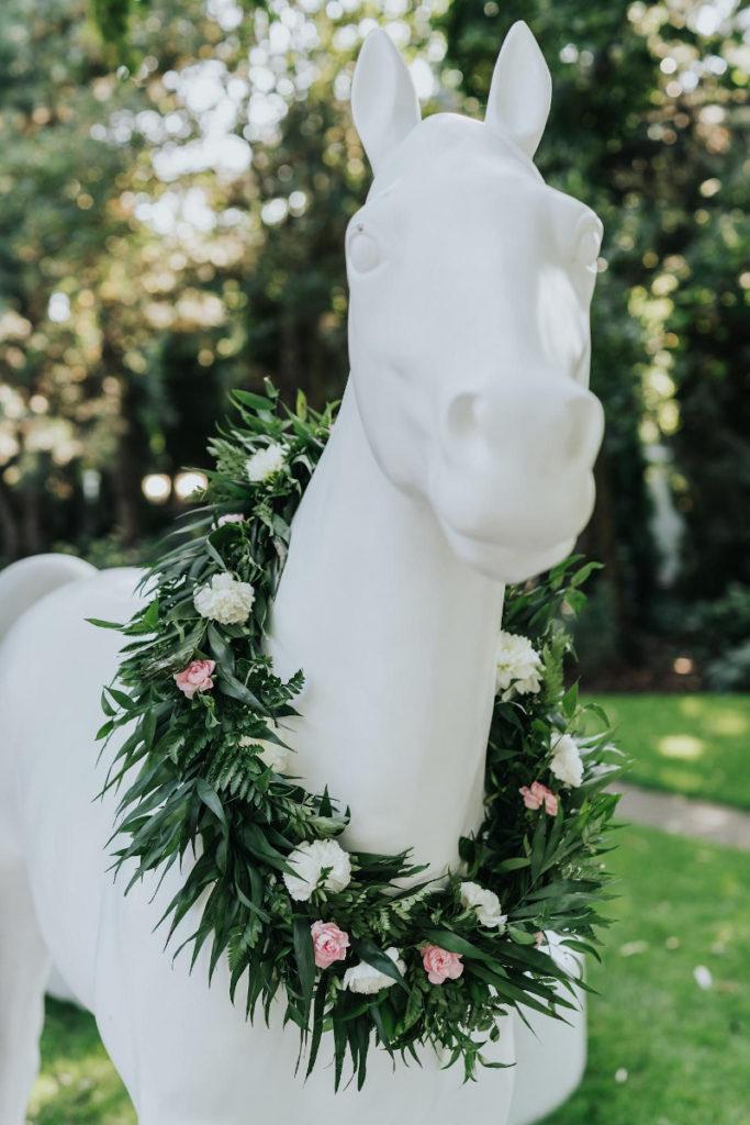 kwiatowe homonto dla konia jako dekoracja ślubu plenerowego