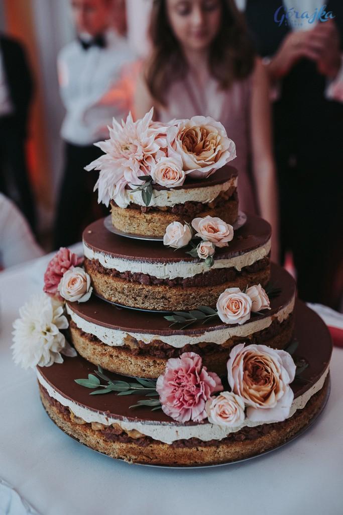 dekoracja tortu weselnego kwiatami w brzoskwiniowych odcieniach