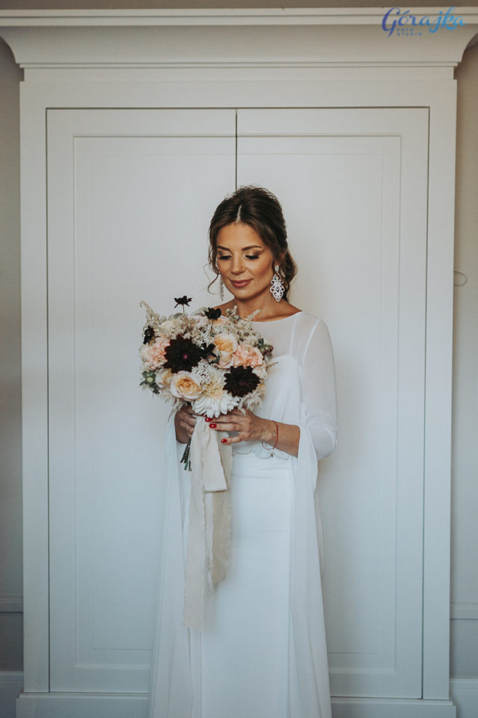 wiązanka ślubna panny młodej w stylu glamour z ciemnymi kwiatami i naturalną pastelową wstążką