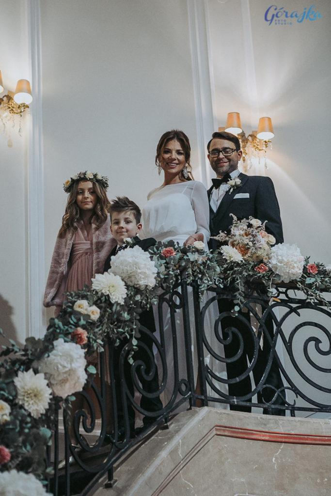 dekoracja balustrady schodów zielenią i kwiatami hortensji