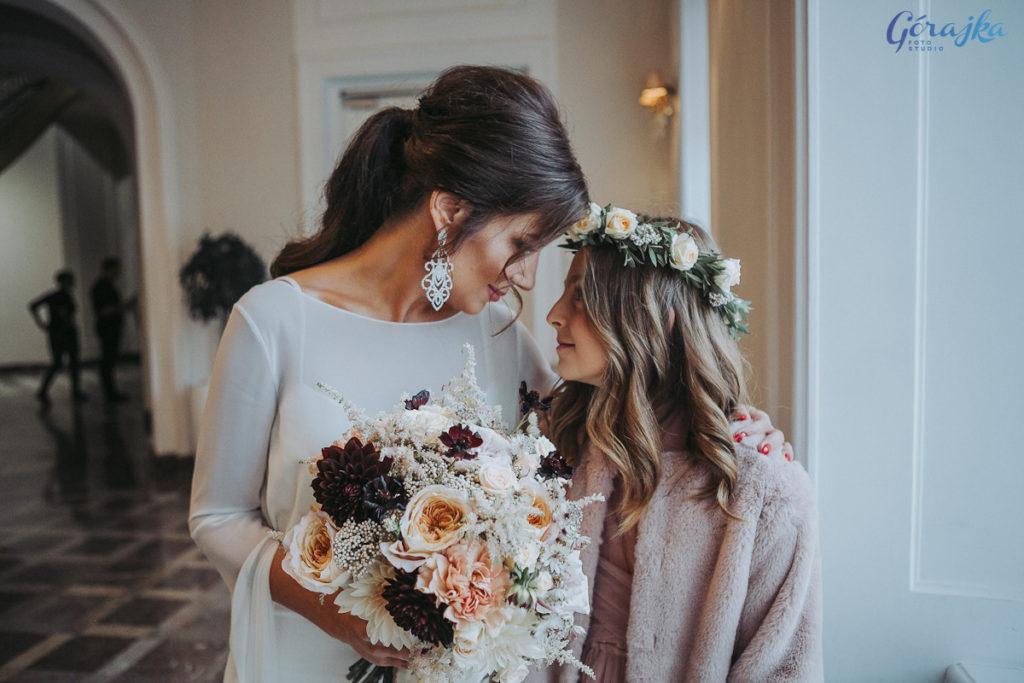 bukiet ślubny z dodatkiem tawułki i kosmosu oraz wianek dla dziewczynki z róż gałązkowych