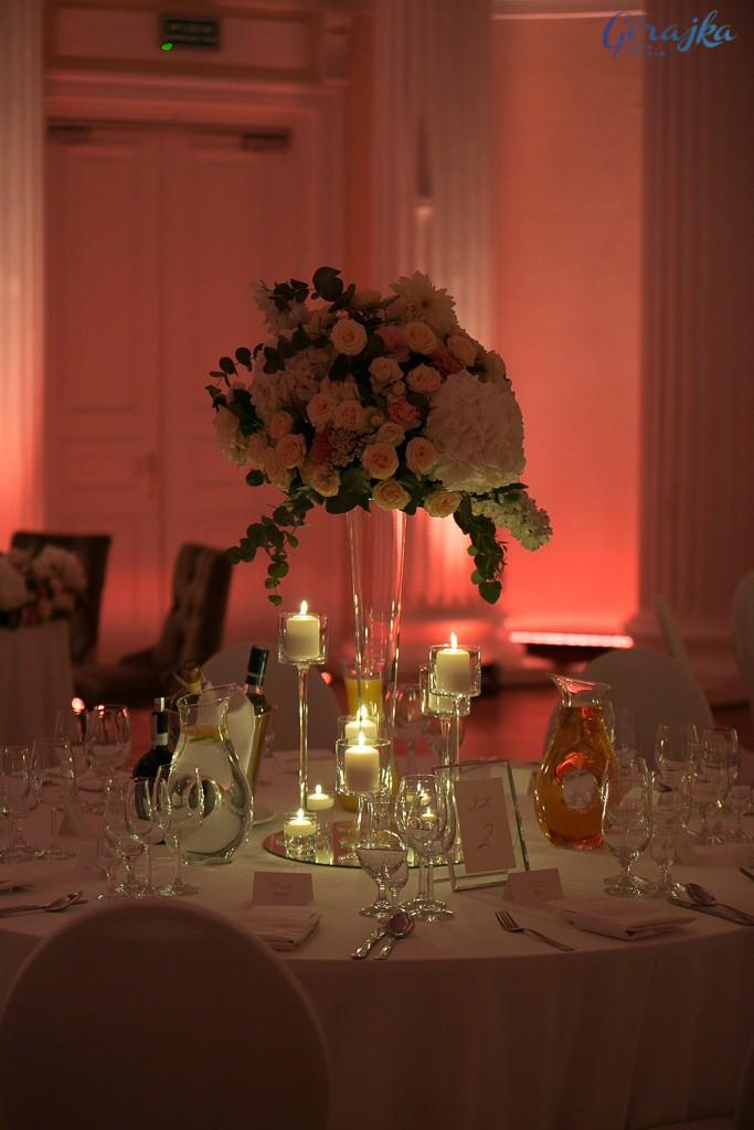 kompozycja okrągła kwiatowa w stylu glamour ze świecami szklaną ramką na numerek i lustrem