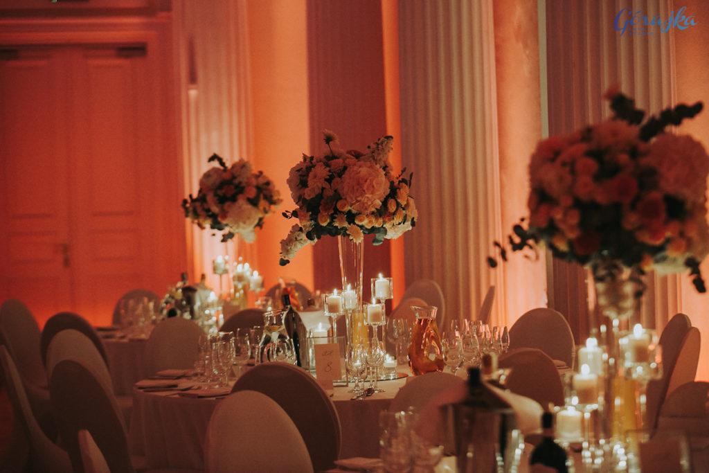 kompozycje kwiatowe z hortensji róż i dalii w stylu glamour na szklanych wazonach