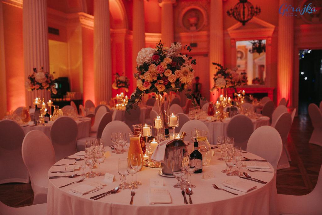 kompozycja na szklanym wazonie w stylu glamour ze świecami