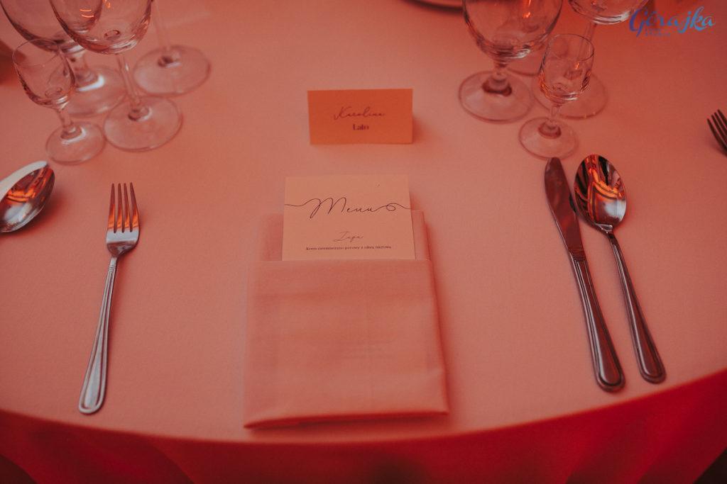klasyczna papeteria menu i winietka z kaligraficzną czcionką