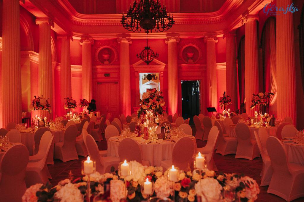 dekoracja miejsca wesela kwiatami i świecami