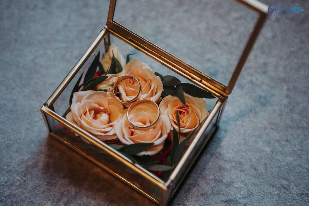 dekoracja złotej szkatułki różami gałązkowymi
