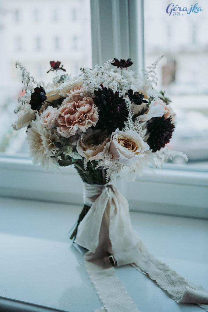 bukiet panny młodej w kawowych odcieniach z pastelowych kwiatów z dodatkiem ciemnych akcentów przewiązany naturalną wstążką w odcieniach śmietankowych