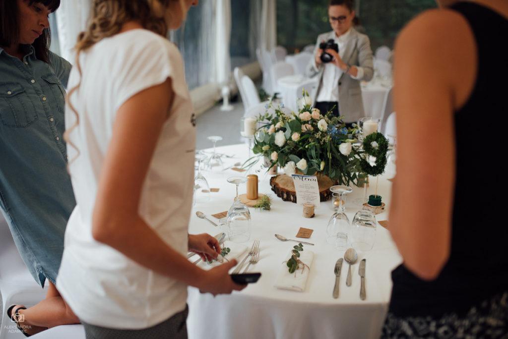 aranżacja stołu weselnego kwiatami w stylu boho glam