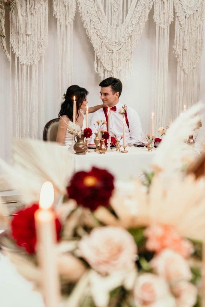 para modeli jako para młoda siedząca za udekorowanym stołem