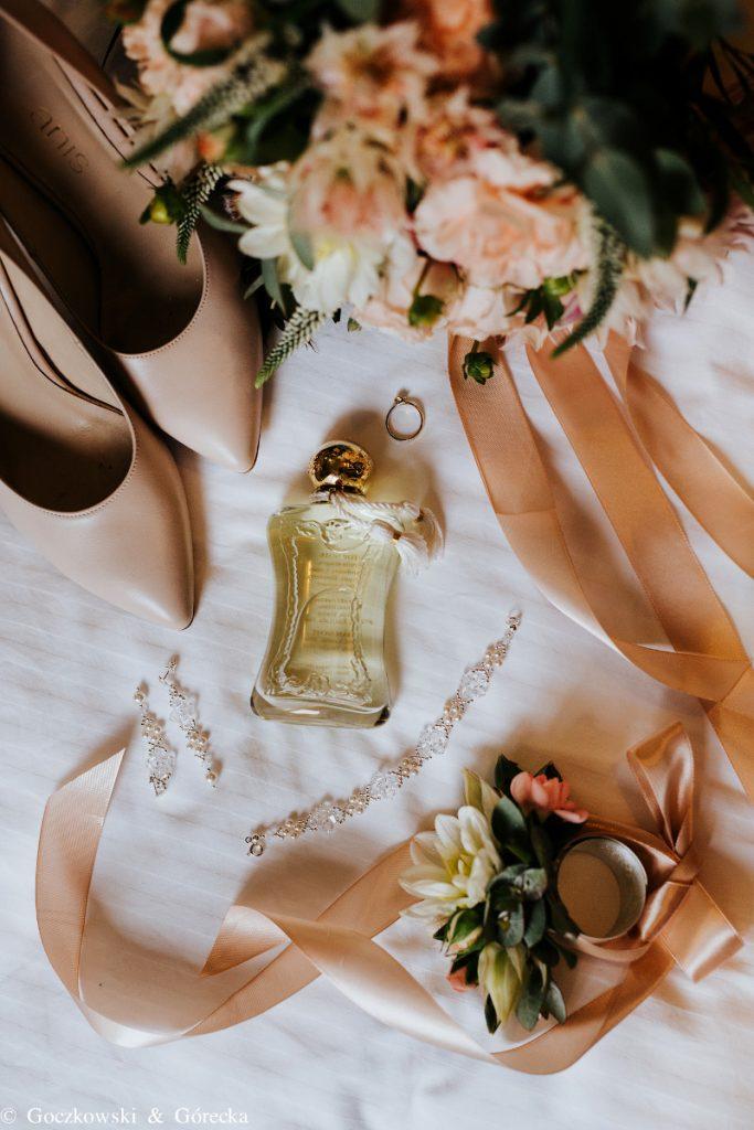 brzoskwiniowe kwiaty do ślubu