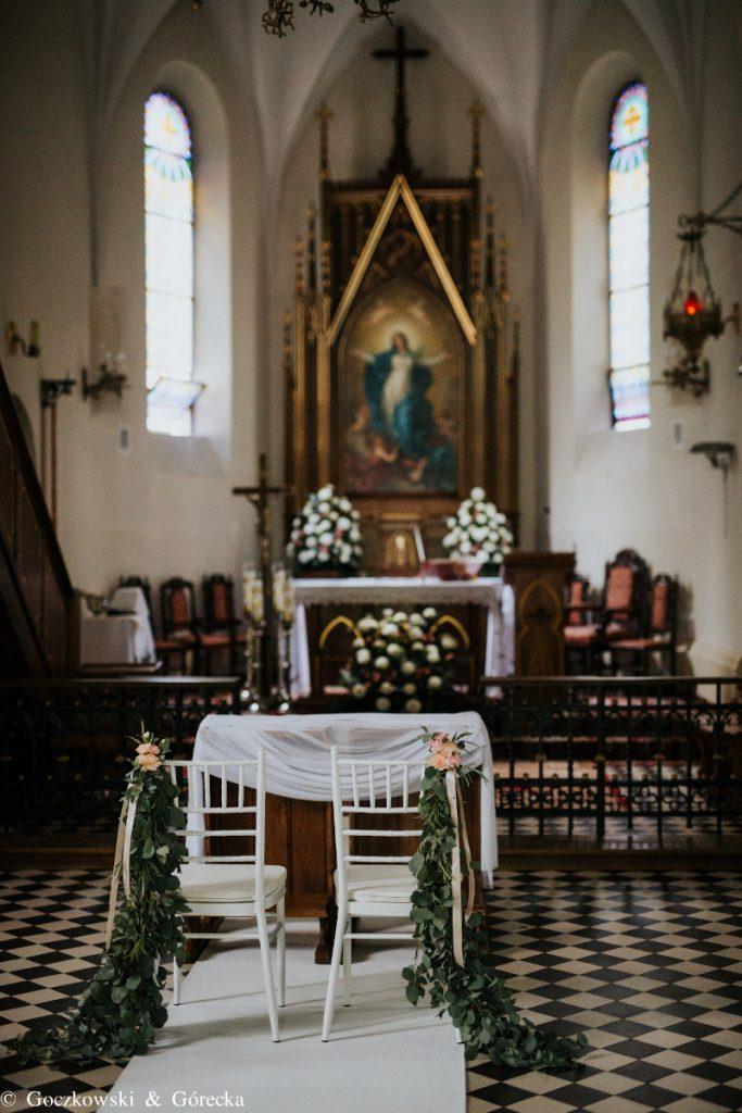 dekoracja krzeseł chiavari dla Pary młodej girlandami w kościele
