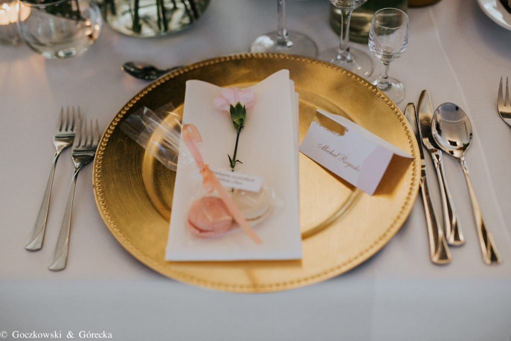 dekoracja nakrycia na przyjęcie weselne goździkiem, podtalerzem i papeterią
