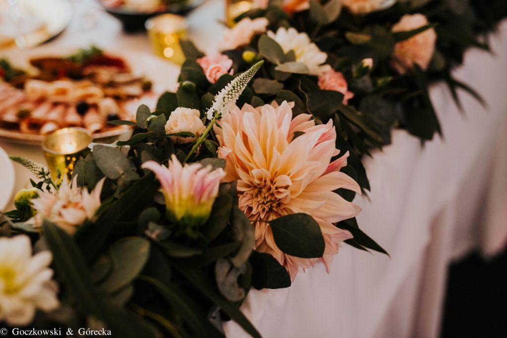 dalia cafe latte jako główny kwiat w girlandzie dekorującej stół pary młodej