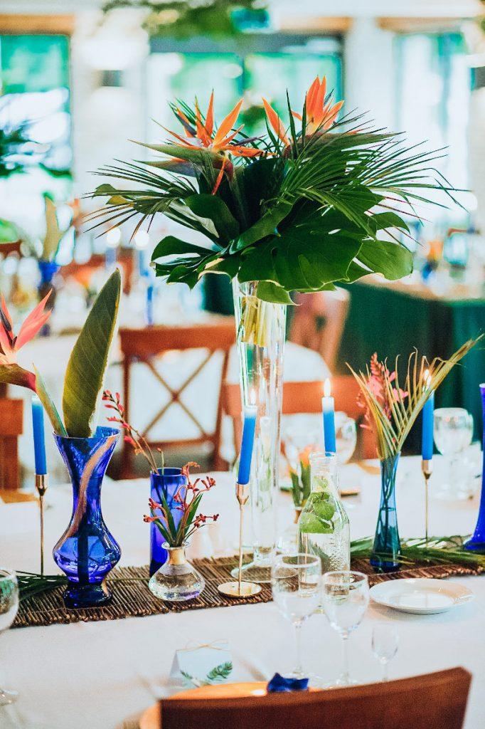 aranżacja stołu weselnego bieżnikiem z witek i złotymi świecznikami