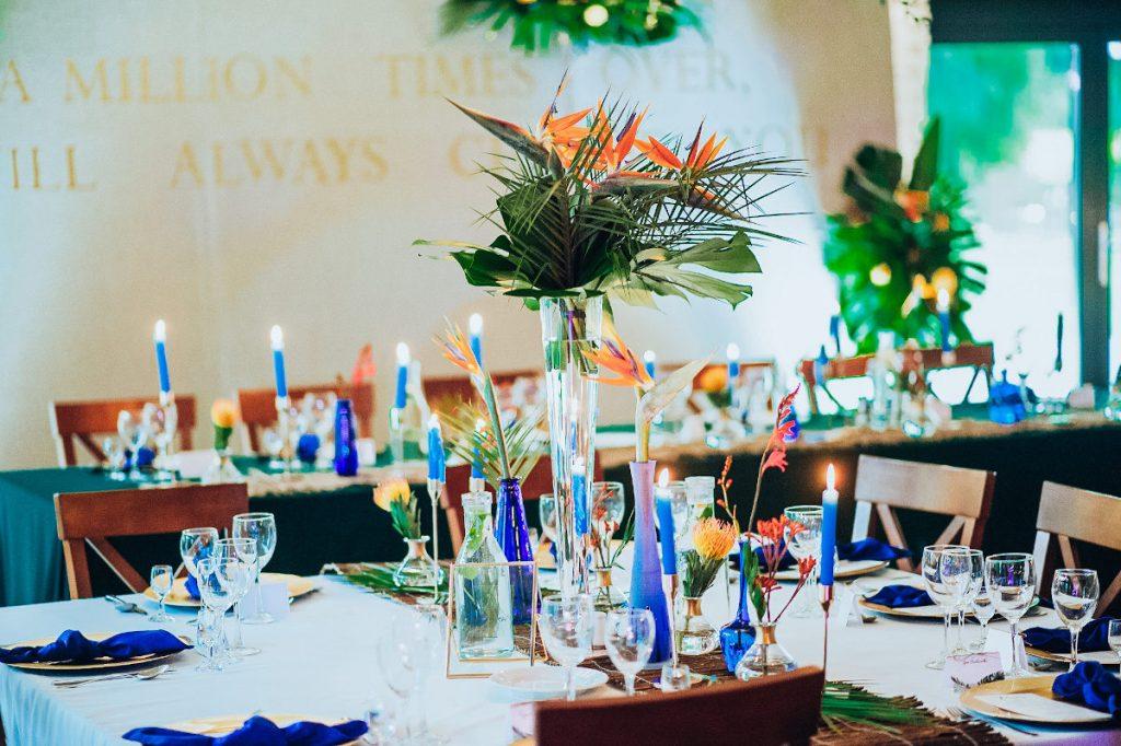 bukiety ze strelicji, monstery i strelicji jako dekoracja stołów gości i stołu prezydialnego