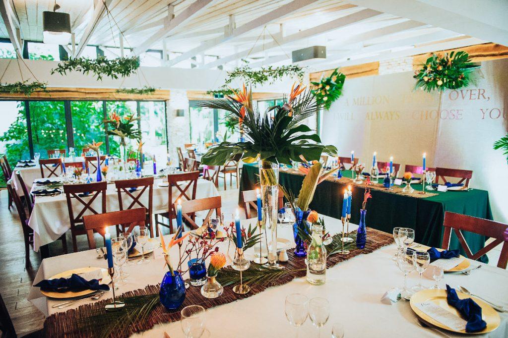 styl exotic glam jako dekoracja sali na przyjęcie weselne w kolorze ciemnej zieleni i ultramaryny