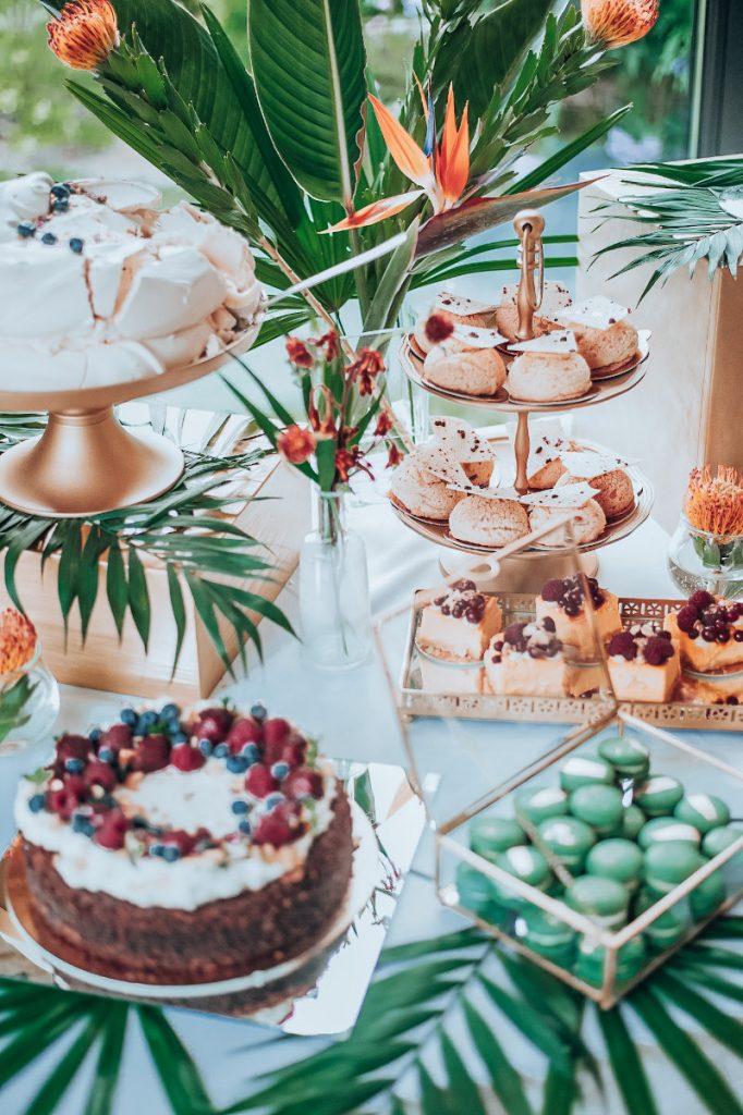 aranżacja stołu słodkiego liścimi i kwiatami egzotycznymi