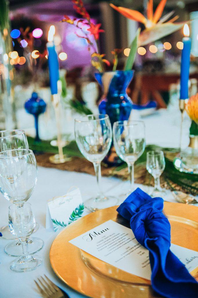dekoracja nakrycia dla gości weselnych serwetką i podtalerzem złotym