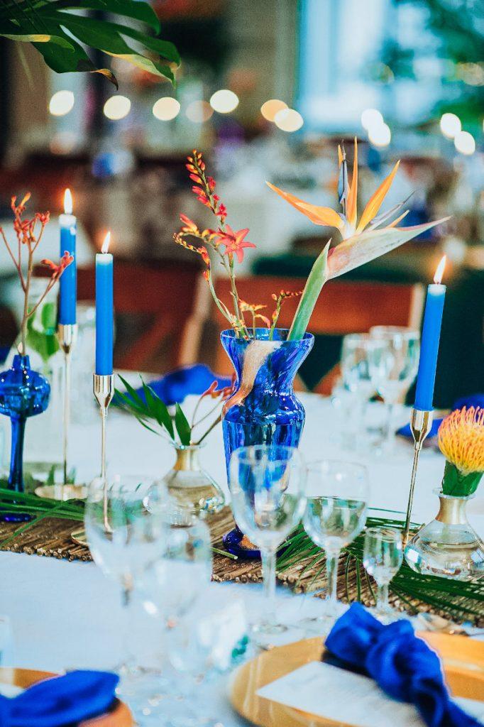 dekoracja z egzotycznych pomarańczowych kwiatów jako dekoracja stołu