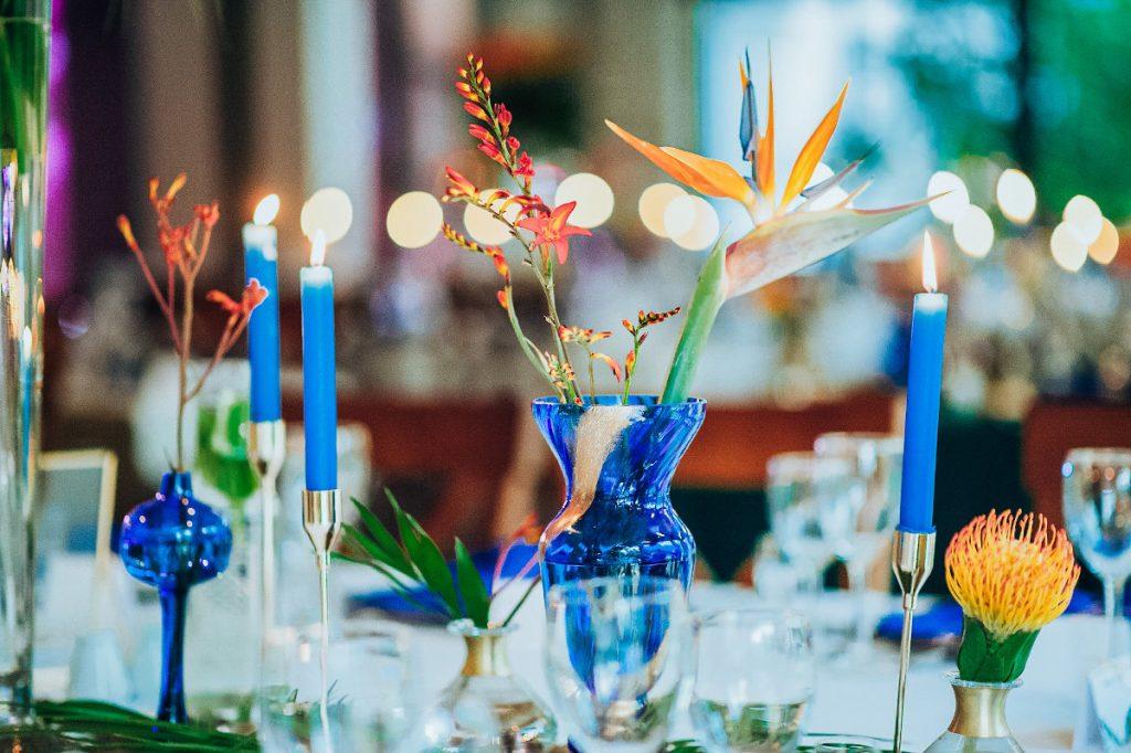 ultramarynowe dekoracje w stylu egzotycznym jako dekoracja stołów gości