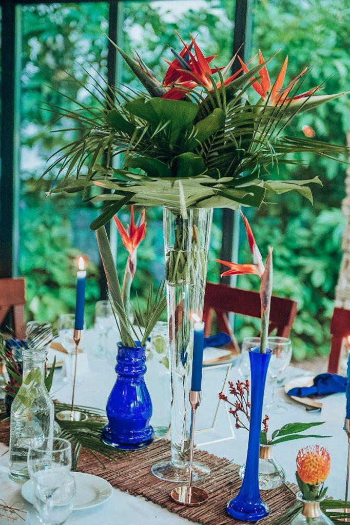 egzotyczna dekoracja z liści palmowych i strelicji
